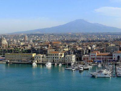 Un panorama di Catania all'ombra dell'Etna